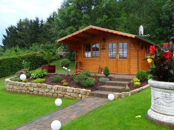 Gartenhaus In Hanglage Aufbau Einrichtung Und Gartengestaltung