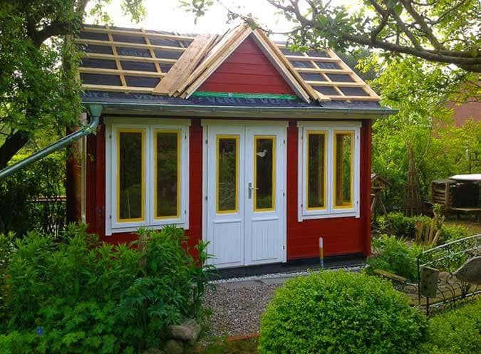 ein gartenhaus im clockhouse stil wird aufgebaut mit schlafboden und bullauge gartenhaus magazin. Black Bedroom Furniture Sets. Home Design Ideas