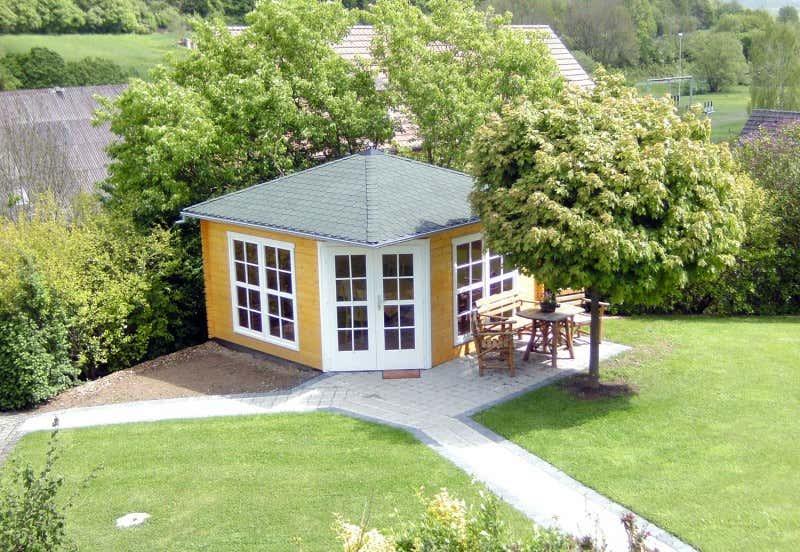 Gelbes Gartenhaus Für Einen Großen Garten
