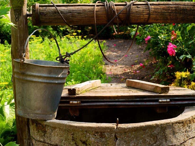 Perfekt Metalleimer Auf Brunnenrand