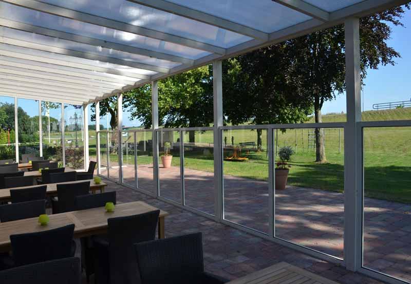 terrassenueberdachung-in-gastronomie-verglast-glas-einrichtung