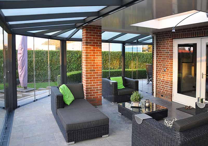 terrassenueberdachung-ueber-eck-verglast-glas-einrichtung